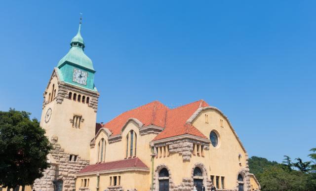青岛最美的教堂之一,111年前由德国人建造,成婚纱拍摄基地