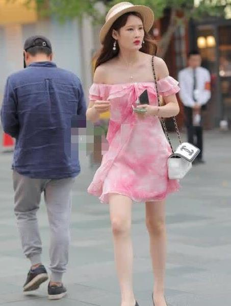 街拍:粉嫩的连衣裙,时尚动人