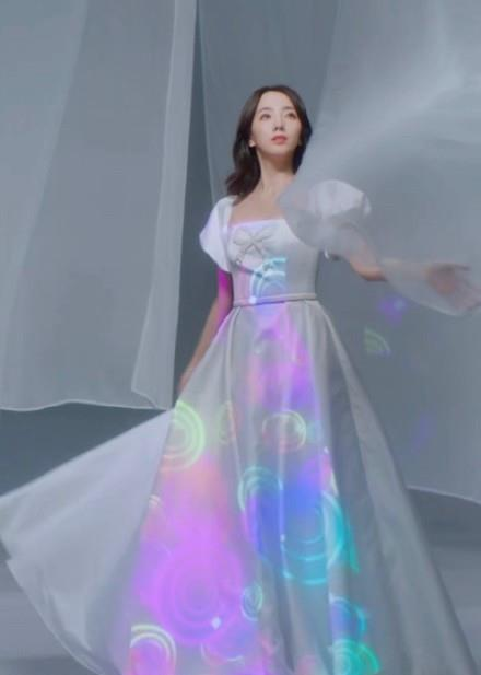最美主持人李思思气质绝了,泡泡袖礼服裙淡雅迷人,马蜂腰没白长