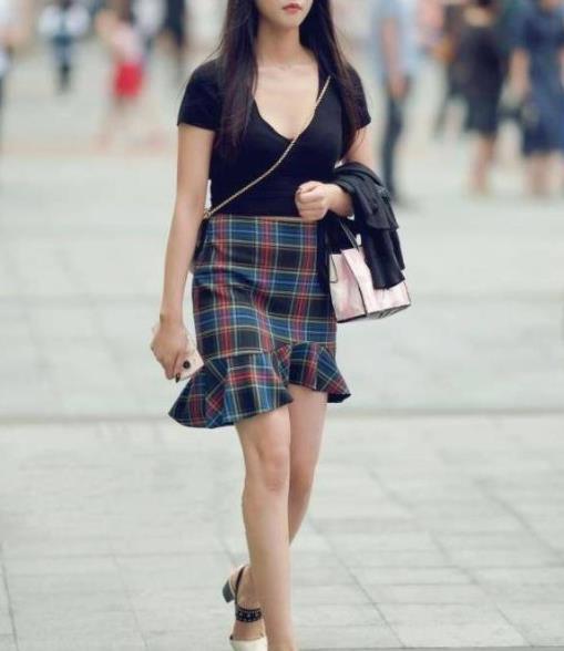 街拍美图:身材高挑的小姐姐,美搭一步裙,让腿型更显纤细修长!