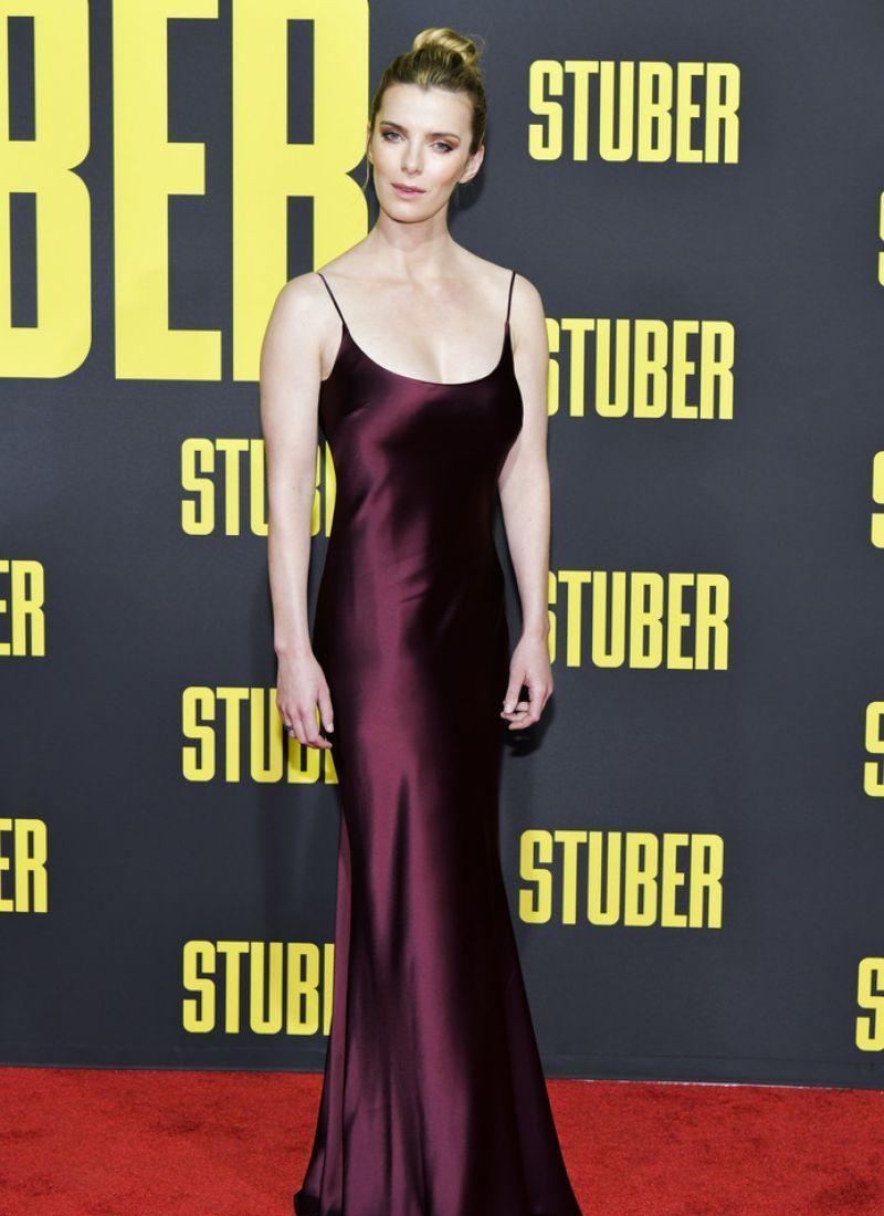 美国女星贝蒂·吉尔平深红色晚礼服洛杉矶参加某电影首映礼