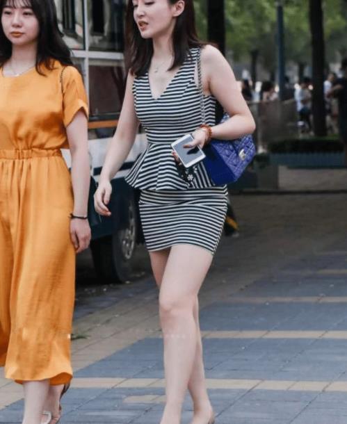街拍美图:小姐姐穿搭黑白配色的紧身裙,彰显优雅魅力!
