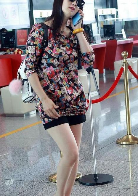 陶虹气质真好,穿这么花哨的衣服走机场,不仅不丑,意外减龄时髦