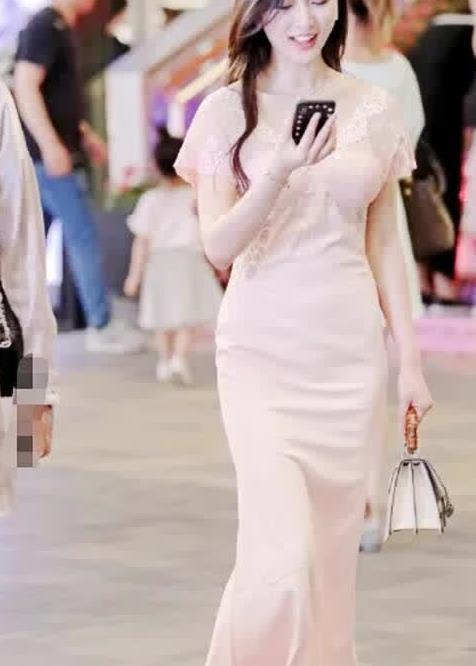 街拍:粉色修身长裙搭配公主袖,更显温柔淑女
