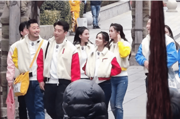 李晨晒跑男录制合照,五个女嘉宾好养眼,却没有郭麒麟的脚惹眼!