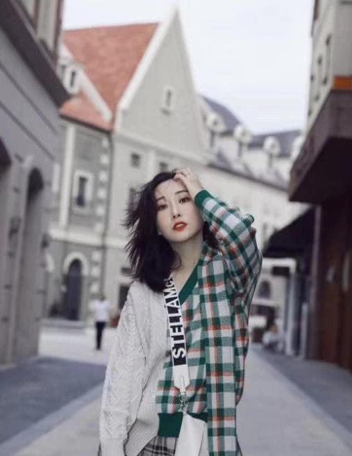 杜若溪秋季街拍写真,毛衣搭配格子阔腿裤,展现出一种慵懒魅力