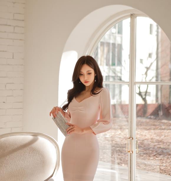 孙允珠时尚写真:贵族复古灯笼袖樱雪礼裙
