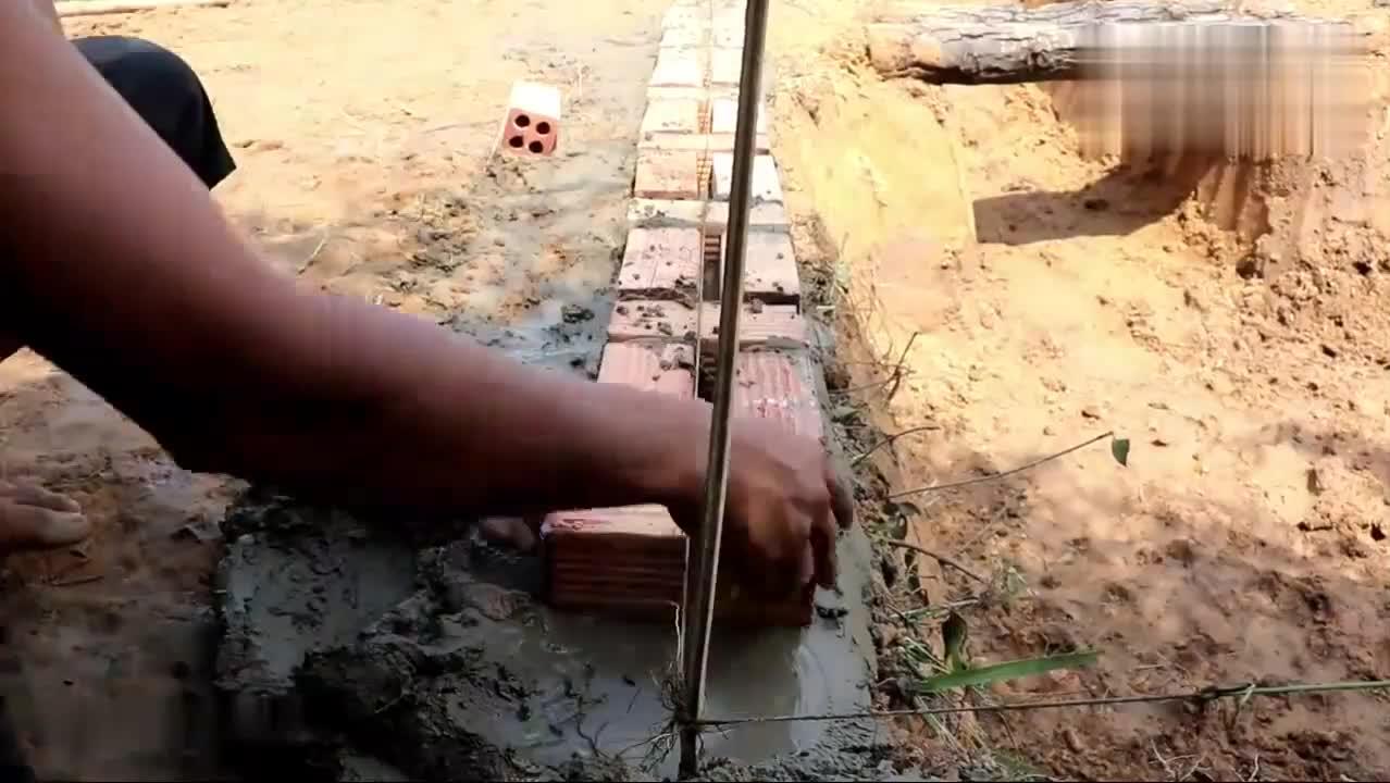 兄弟俩修建游泳池,下面还藏了一个地窖,这防水效果真不错