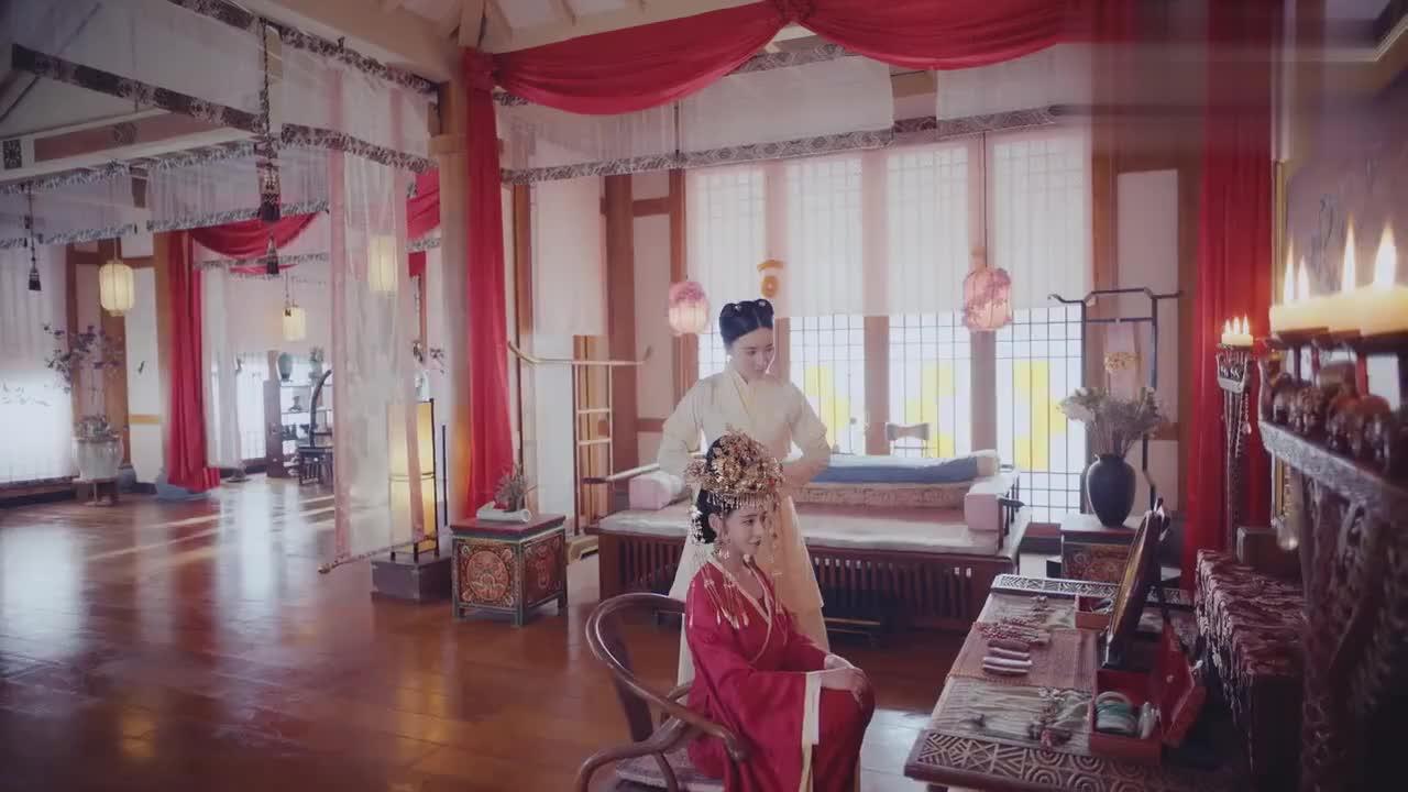 新娘头戴凤冠身穿红嫁衣,惊艳四座,不料丫鬟出场竟直接碾压新娘