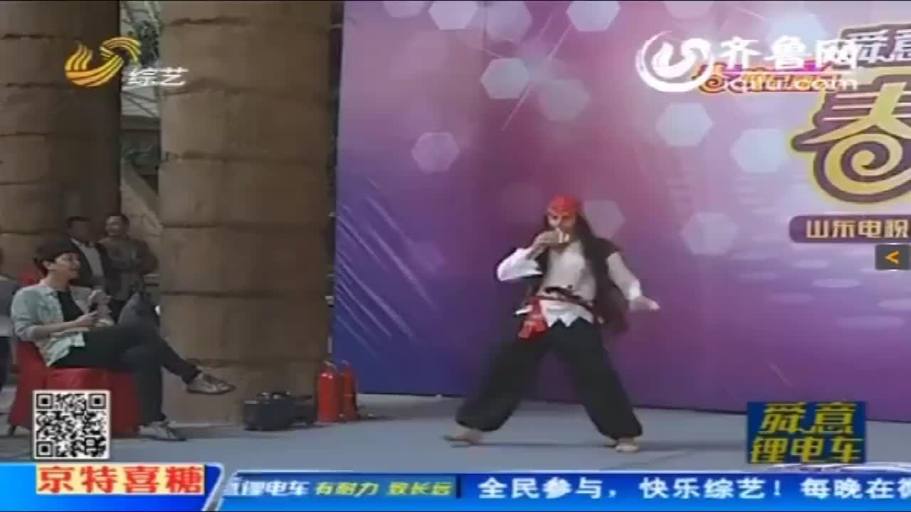 张峻豪穿着海盗服画着小胡子,评委直接笑出眼泪,像个加勒比海盗