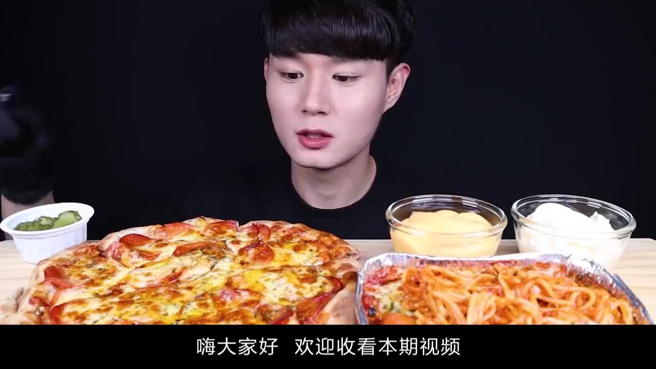 小哥吃美味意大利面和香肠披萨,蘸着秘制酱料,大口吃得太过瘾