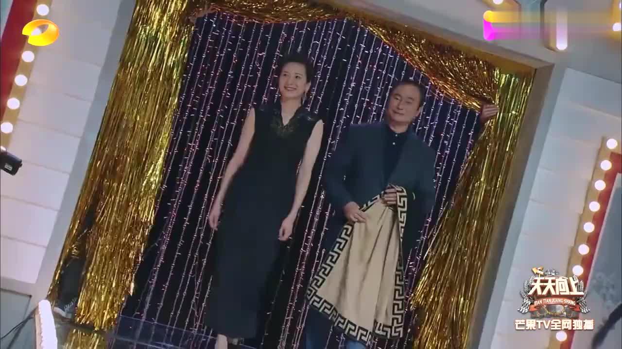 中国第一批时装模特,时隔38年再次出镜,优雅T台步看哭王鸥!
