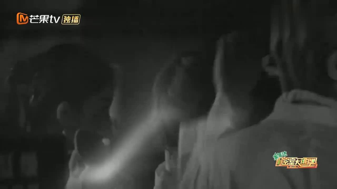 大张伟进到研究室就要拍MV,下秒就和黄明昊飚起rap,杨幂听嗨了