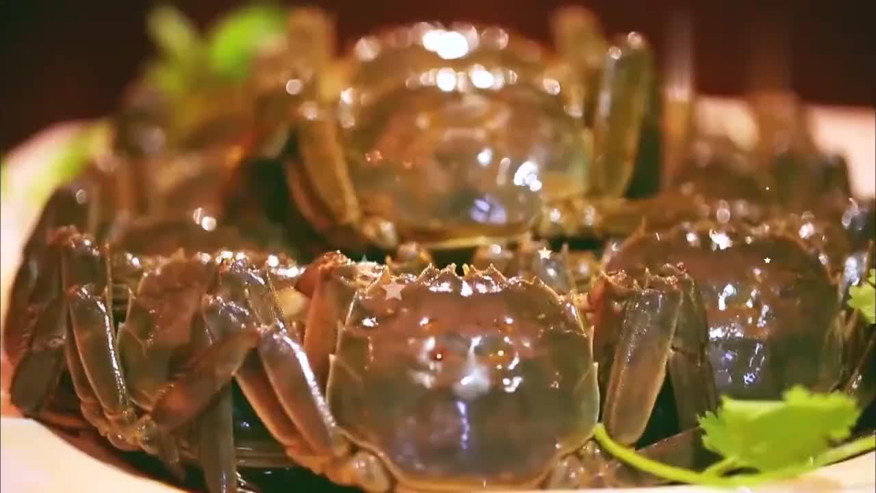 林青霞到底有多爱大闸蟹?宴会上毫无形象大口狂吃,不愧是吃货!
