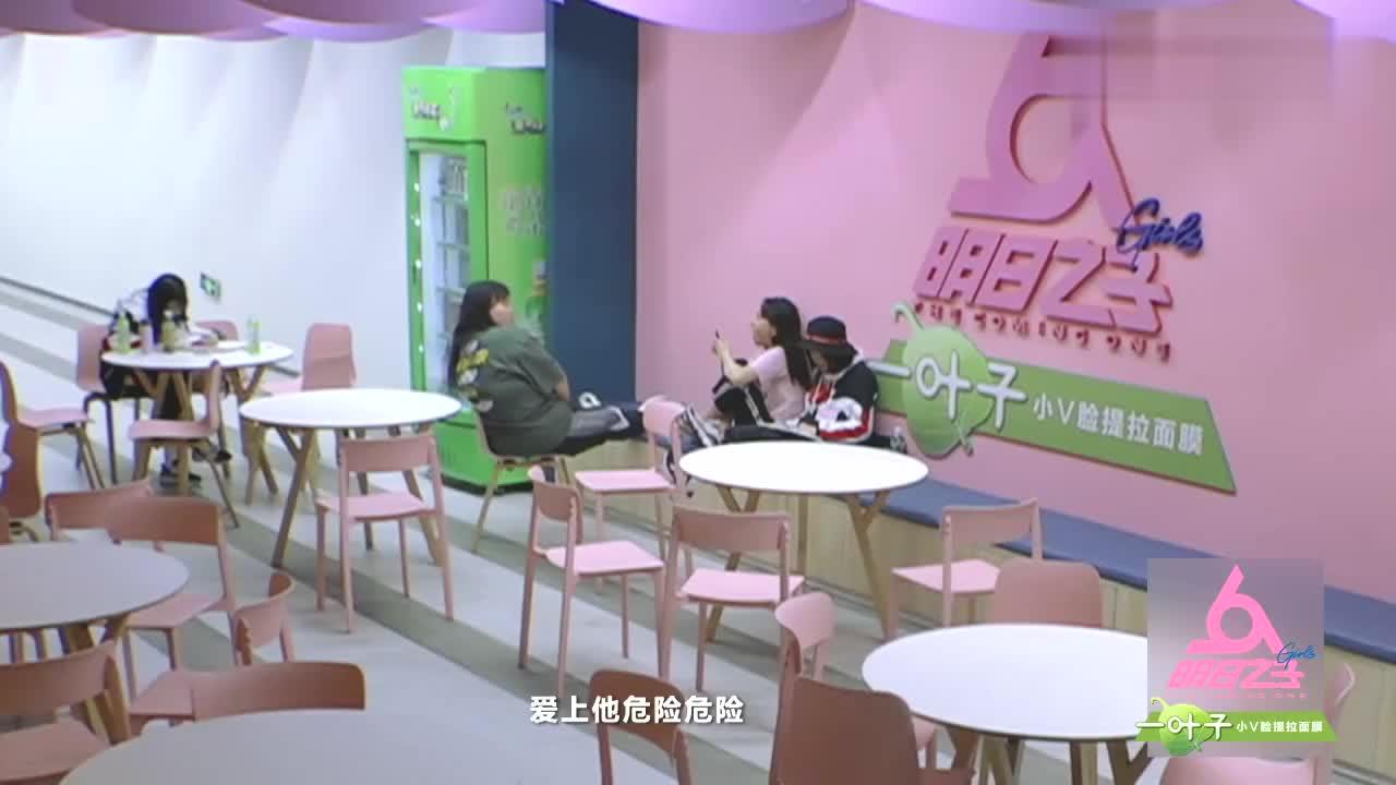 """张钰琪""""人格分裂""""被摄像大哥全程直拍,却被甜甜一个眼神吓翻"""