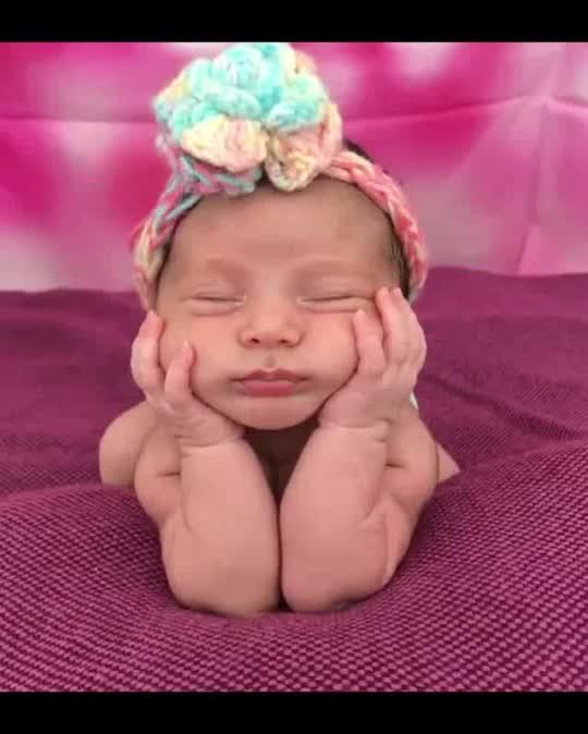小宝宝摆造型拍艺术照,接下来宝宝托着小脸蛋的样子,萌翻了