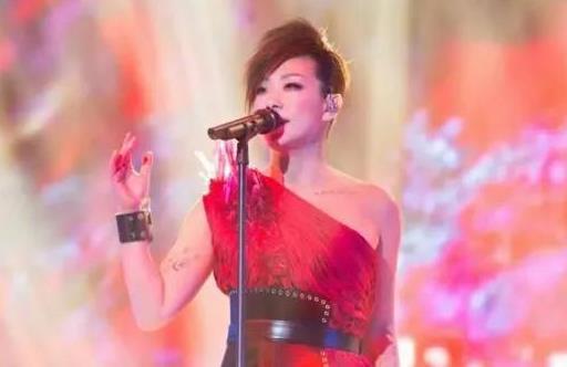 林忆莲太辣眼睛!54岁穿大红紧身裙登台演出,赘肉溢出发福明显