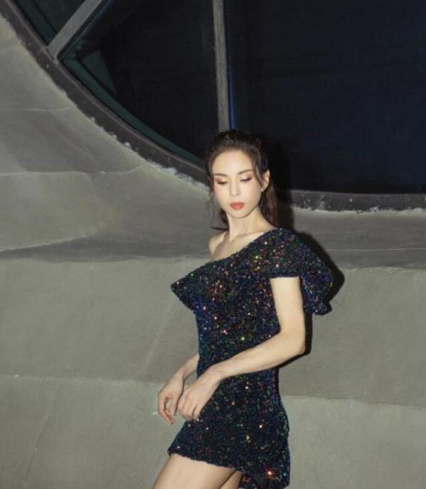 李若彤一把年纪真招摇,穿亮片包臀裙凹造型,曲线真难看出年龄