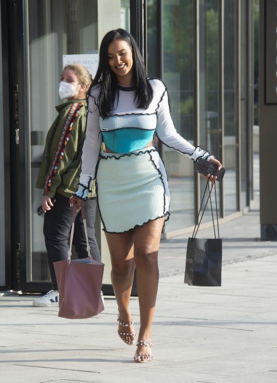 玛雅·贾玛外出购物,身着拼接针织裙,颜值身材都在线
