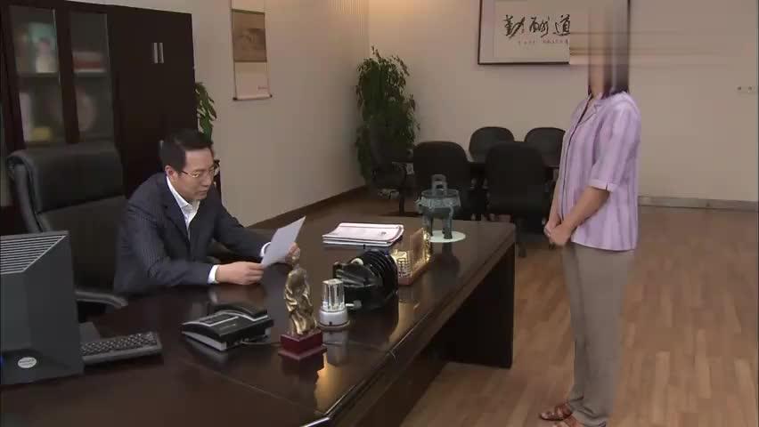 员工辞职回家当乡长,老总希望员工给他开后门,员工当场拒绝了