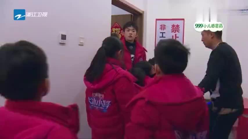 大冰小将易烊千玺武大靖央视网推广公益比赛铁罐抢镜成功
