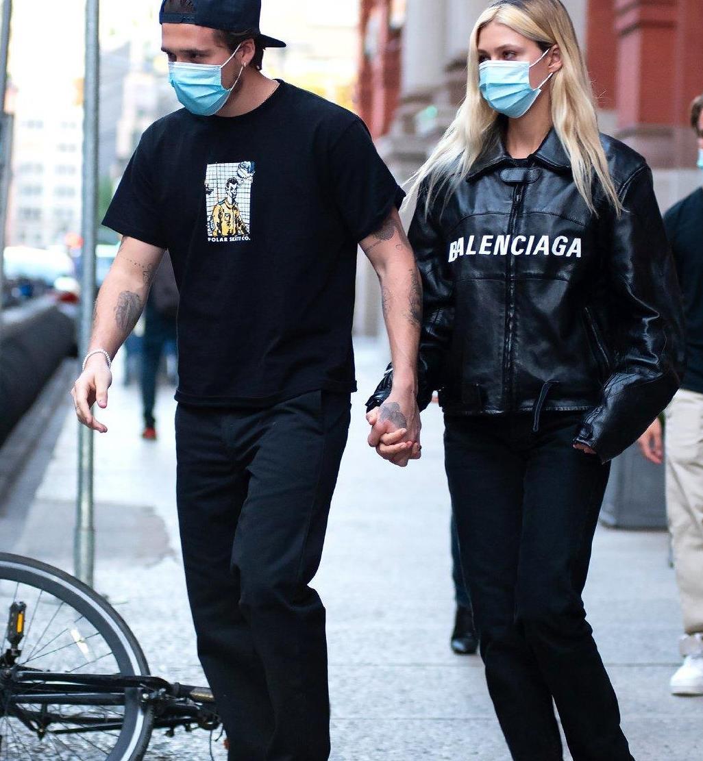 布鲁克林·贝克汉姆和女友都穿黑色衣服,又潮又酷,太有型了
