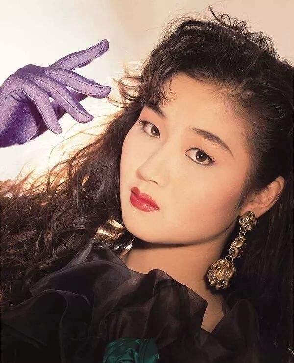 她是亚洲小姐,以42寸修长美腿闻名港台,8090后的梦中女神万绮雯
