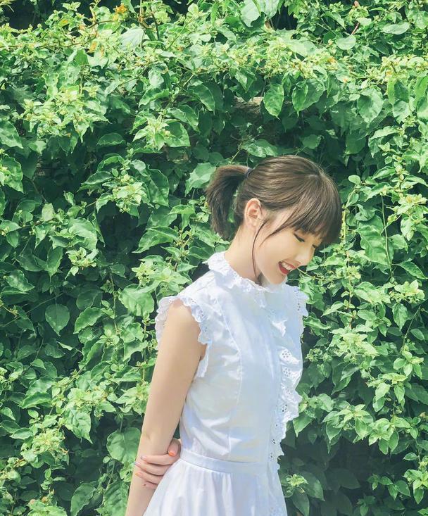 毛晓彤也太甜了,白色连衣裙小女人风情,蕾丝边满满公主范