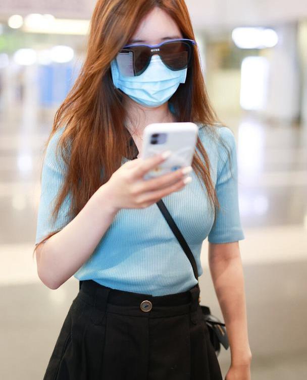赵露思引领中裤时尚,宽松舒适显气质,搭配雾霾蓝针织衫真甜美