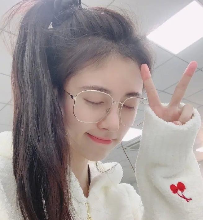鞠婧祎挑战新发型,空气刘海美到飞起,小表情太可爱了