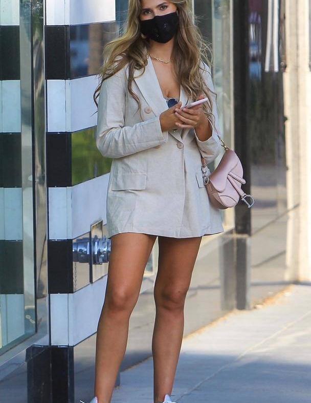女星卡拉·德尔·托罗现身比佛利山庄,她有着特别的时尚