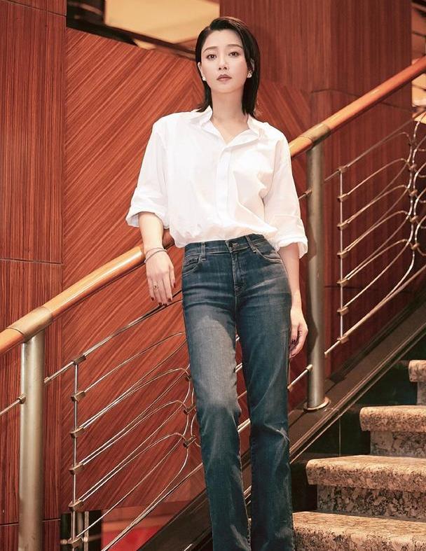 """殷桃又给穿搭做""""减法"""",白衬衫配牛仔裤好高级,有颜又有大长腿"""