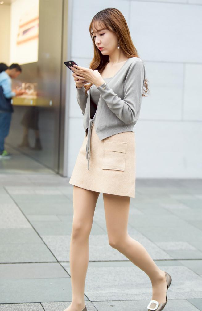 气质女生的秋季装扮,半身短裙搭配打底裤,优雅耐看值得借鉴