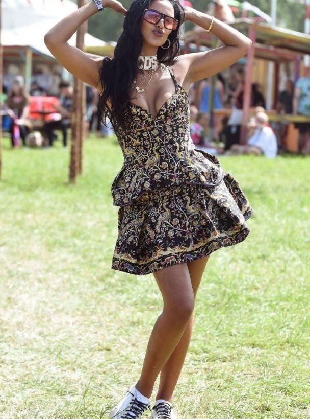 玛雅·贾玛穿吊带印花蛋糕裙甜美迷人,造型靓丽时尚有活力