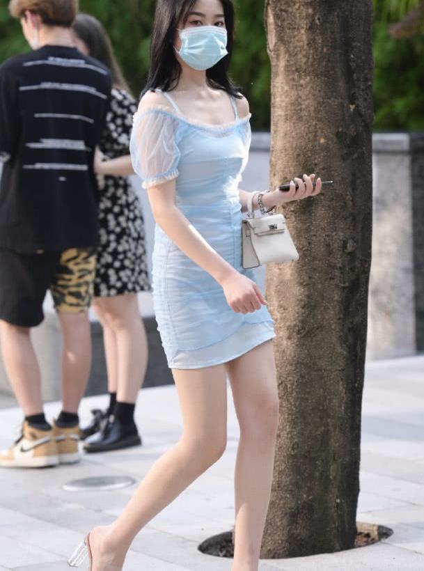 街拍:穿纱裙的美女小姐姐,仙气十足,很有浪漫的感觉!