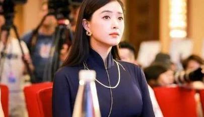 蒋欣才是微胖,穿绸面长裙衬沙漏身材,110斤体重比例完美属顶配