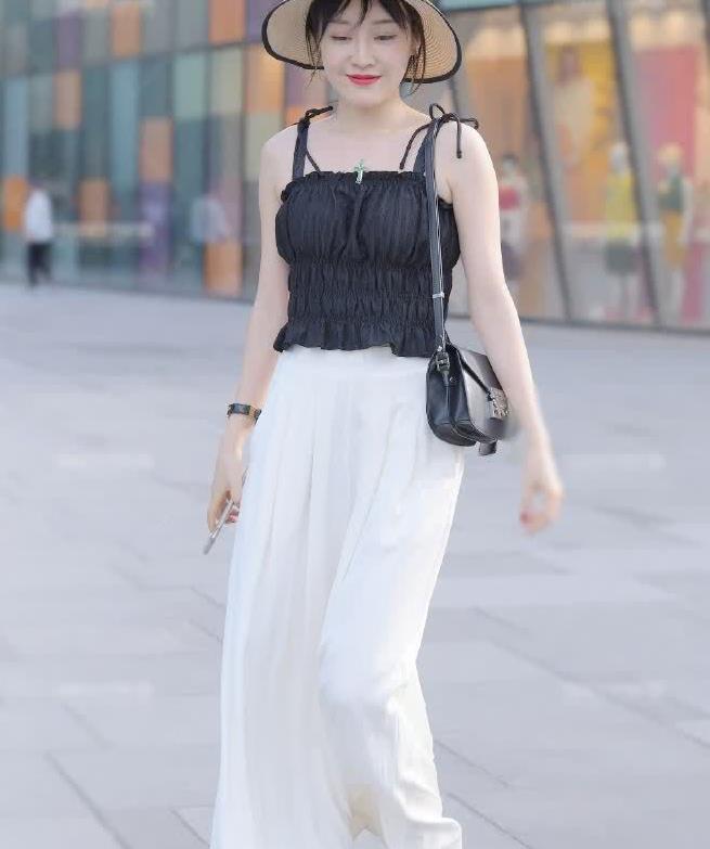 街拍:小姐姐黑色背心搭白色西装裤,时尚干练