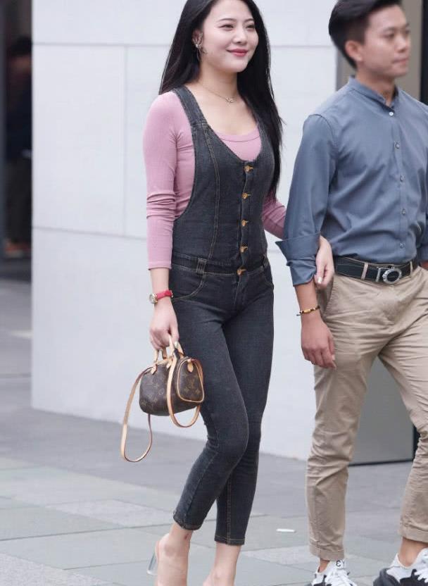 美女穿修身减龄背带裤,显高显瘦,让气质更显青春俏丽