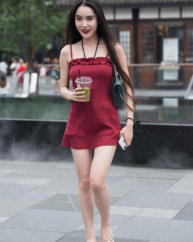 想要穿出清爽活力感,试试款式雅致的吊带短裙,让造型轻松变好看