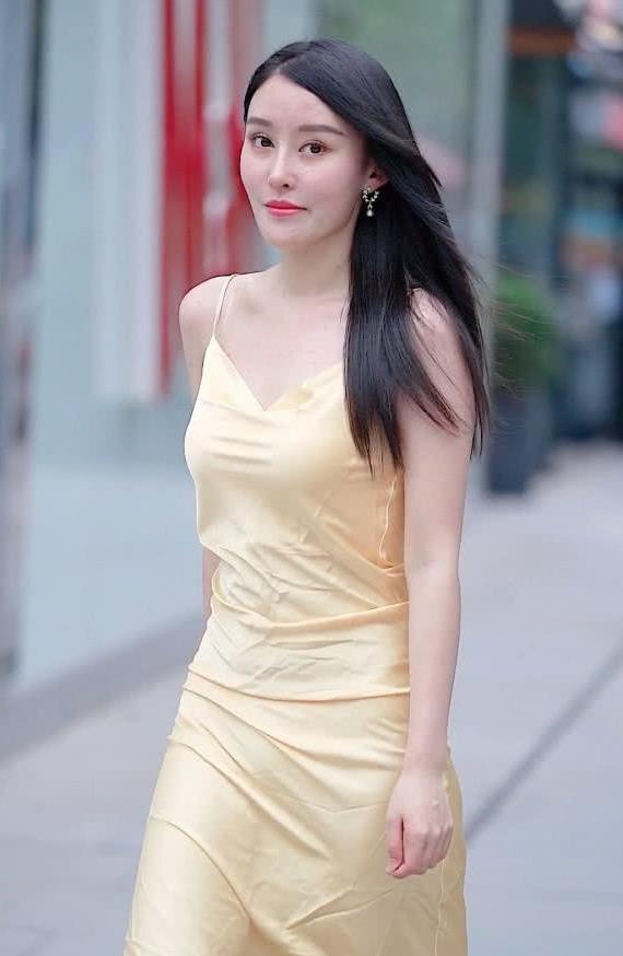 美女街拍:小姐姐穿吊带裙清爽自在,整个造型更具优雅女人味