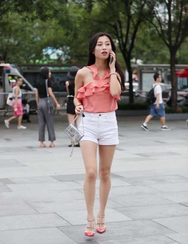 美女街拍:橘粉色的荷叶边上衣,衬出美女的似水温柔!