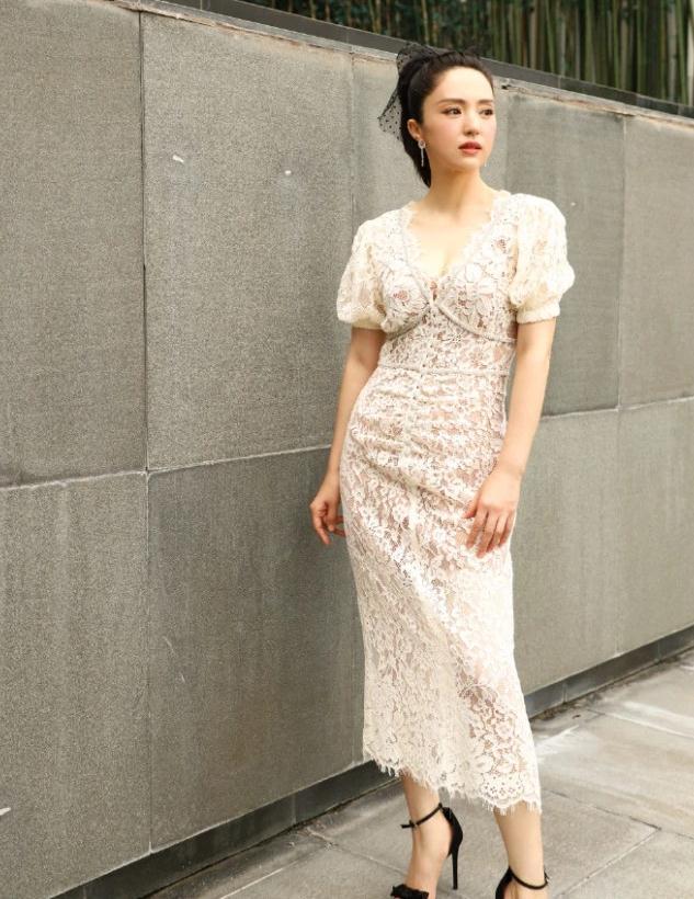 董璇白色深V蕾丝裙,满满的女神范儿
