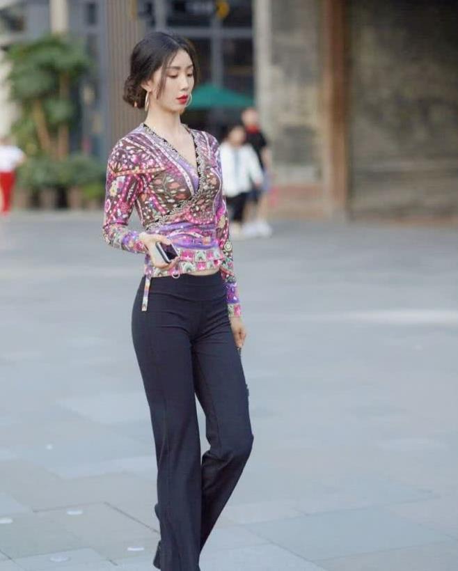 街拍:女神身穿印花衬衫搭黑丝西装裤,优雅自信大方