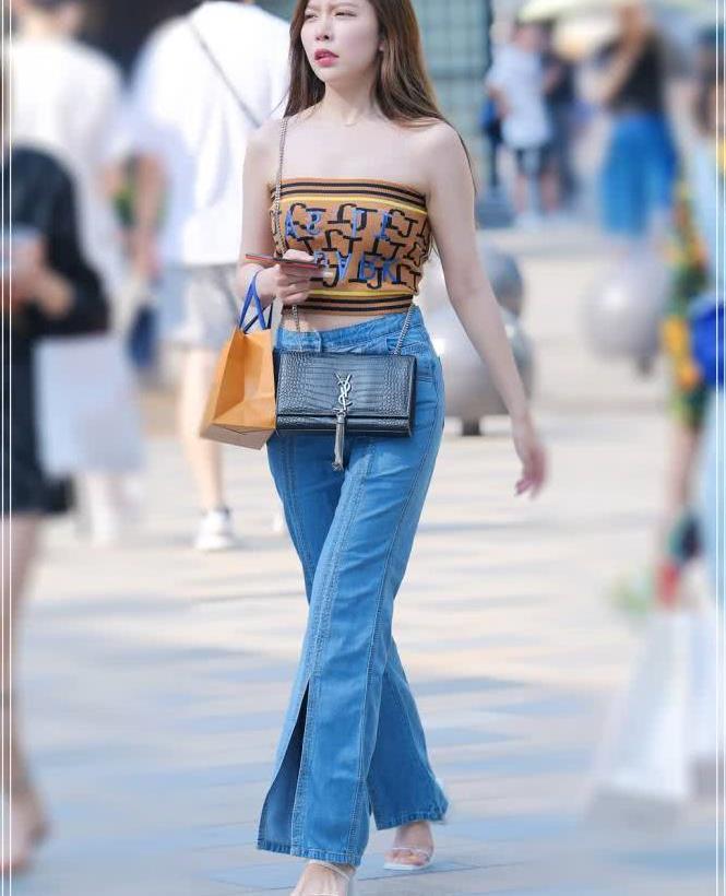 街拍路人:简单显瘦的牛仔阔腿裤,走在路边超级养眼的