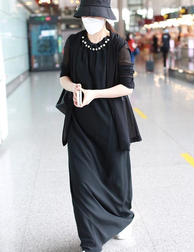 蒋勤勤街拍:雪纺西装黑色珍珠长裙Kelly双肩包优雅不凡