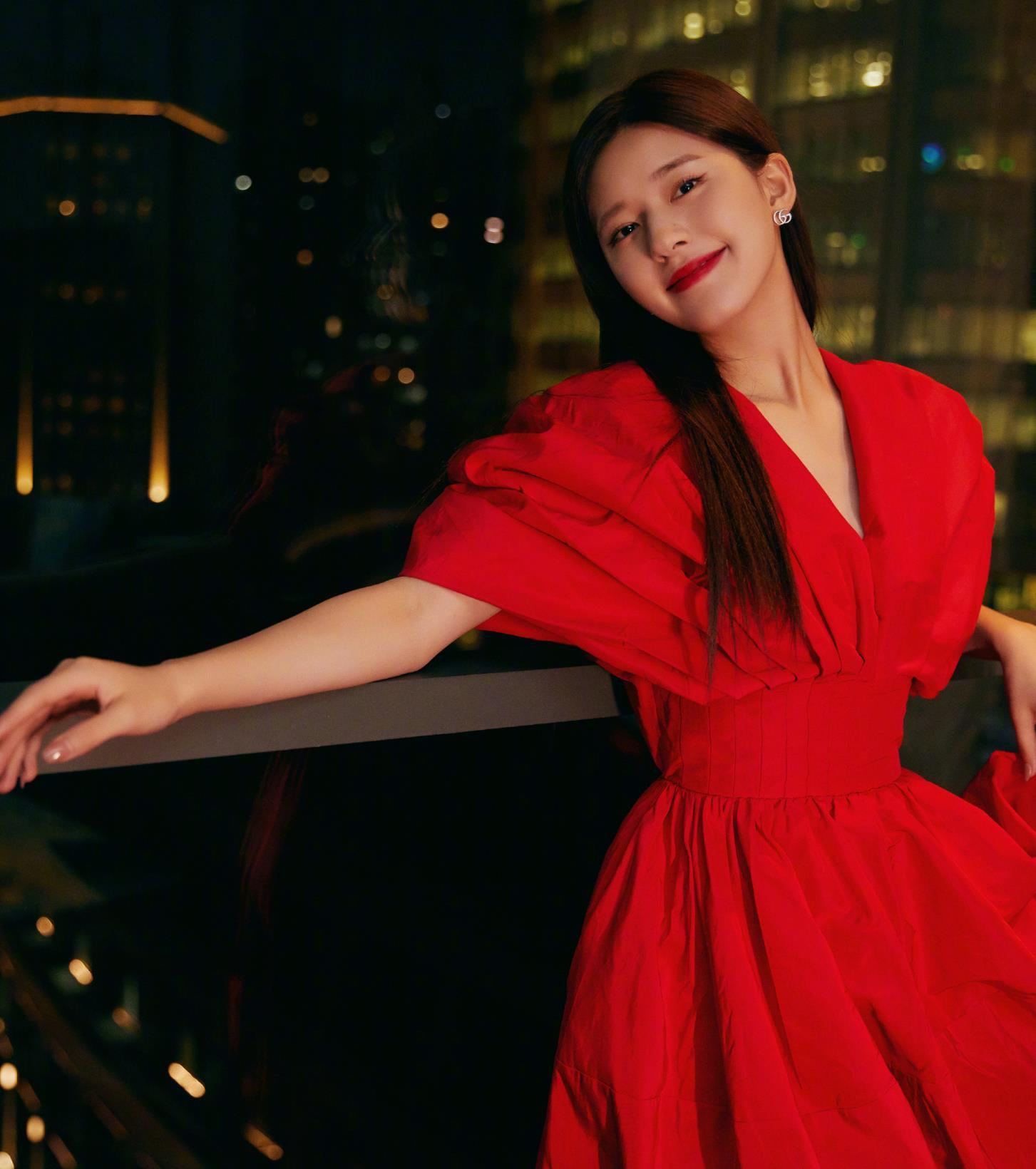 赵露思一改往日清新风格,身穿正红色连衣裙