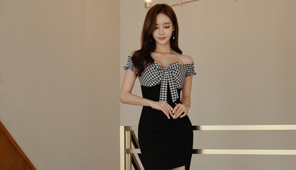 美女穿上黑白格子连衣裙,尽显女神风范