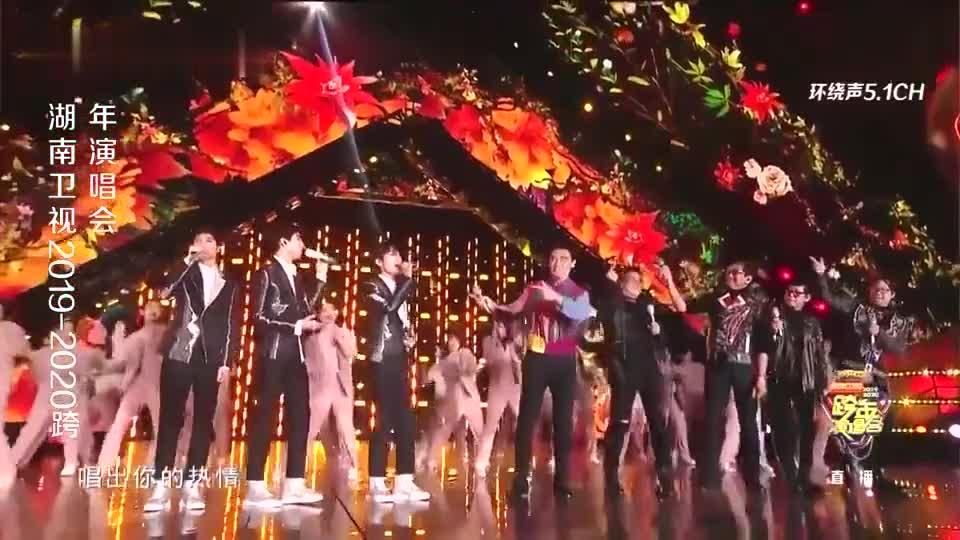 TFBOYS和温拿乐队演唱《明天会更好》,场面太震撼,好听!