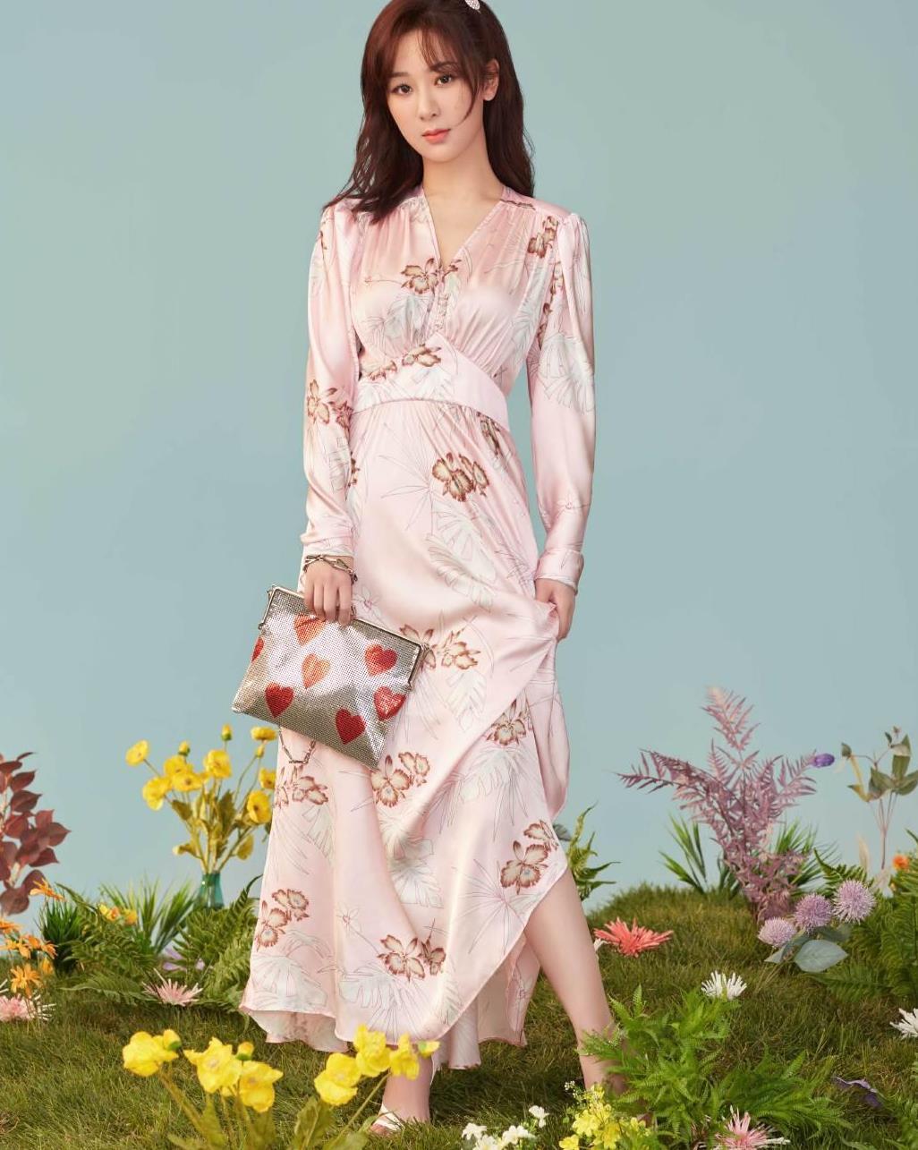 杨紫太适合甜美风了,粉色丝绸仙女裙精致又养眼,妥妥的高级感