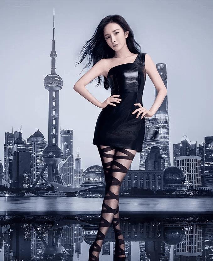 """杨幂穿衣越发""""妖艳"""",花式丝袜配紧身裙,长腿和好身材一览无遗"""